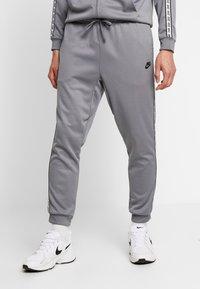 Nike Sportswear - M NSW REPEAT  - Verryttelyhousut - cool grey/black - 0