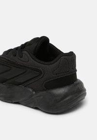 adidas Originals - OZELIA EL UNISEX - Sneakers basse - core black - 4