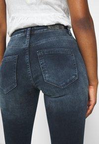 ONLY Petite - ONLBLUSH LIFE MID RAW - Jeans Skinny Fit - blue black denim - 5