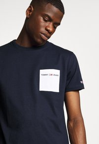Tommy Jeans - CONTRAST POCKET TEE - T-shirts print - twilight navy/white - 4