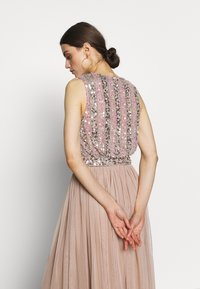 Maya Deluxe - EMBELLISHED OVERLAY DRESS WITH IRIDESCENT SEQUIN DETAIL - Iltapuku - taupe blush - 5