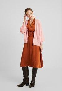 Gestuz - KAMRYN DRESS - Denní šaty - umber - 1