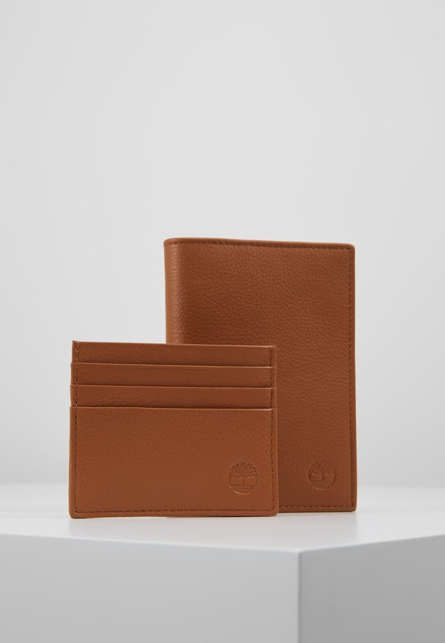 CREDIT CARD AND PASSPORT COVER GIFT SET - Punge - cognac