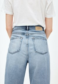 ARMEDANGELS - MAIRAA - Jeans Tapered Fit - faded blue - 4