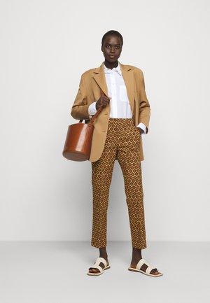 OKRA - Trousers - orange