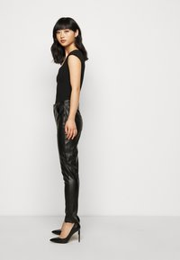 Glamorous Petite - TROUSER WITH POCKET DETAIL - Trousers - black - 3