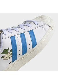 adidas Originals - SUPERSTAR SHOES - Sneakers laag - ftwr white/scarlet/chalk white - 8