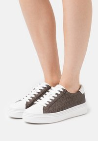 MICHAEL Michael Kors - CHAPMAN LACE UP - Sneakersy niskie - brown - 0