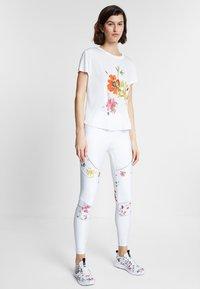 Desigual - TEE FRONT PLEATS GARDENS - T-shirts print - white - 1