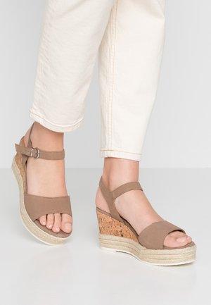 Sandály na platformě - pepper