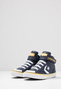 Converse - PRO BLAZE STRAP VARSITY - Zapatillas altas - obsidian/amarillo/white - 2