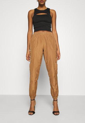 VMVELMA PANTS - Pantaloni cargo - tobacco brown