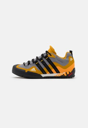 TERREX SWIFT SOLO - Chaussures à scratch - grey three/core black/legend gold