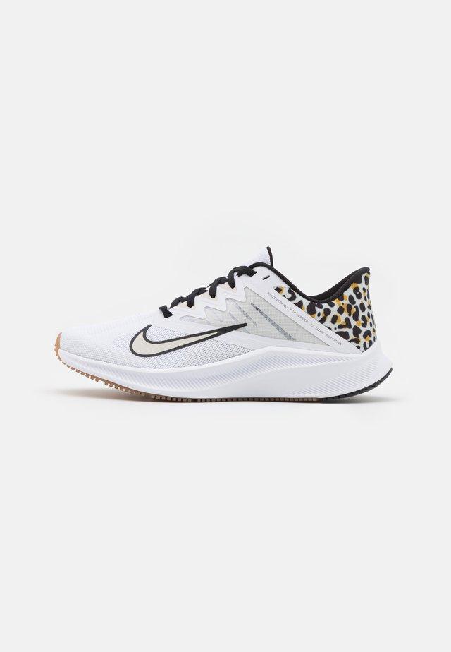 QUEST 3 PRM - Neutral running shoes - white/black/light bone/light brown