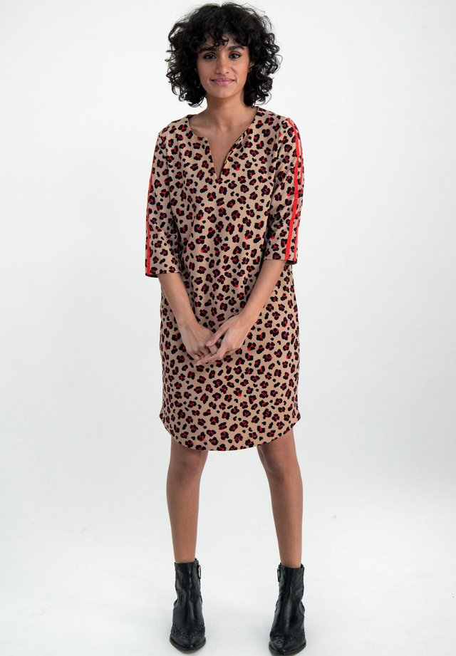 WITH LEOPARD PRINT - Korte jurk - safari brown