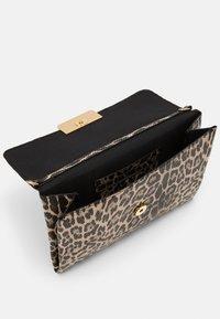 PARFOIS - ENVELOPE BAG HYENA - Clutch - beige - 2
