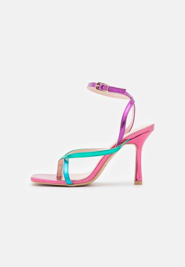 WIDE FIT DORNEAH - Sandály s odděleným palcem - pink