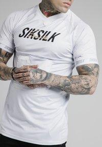 SIKSILK - MARBLE STRETCH SPORTS TEE - Print T-shirt - grey/white - 4