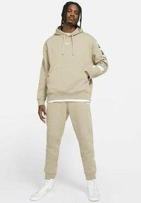 Nike Sportswear - HOODIE  - Luvtröja - khaki - 1