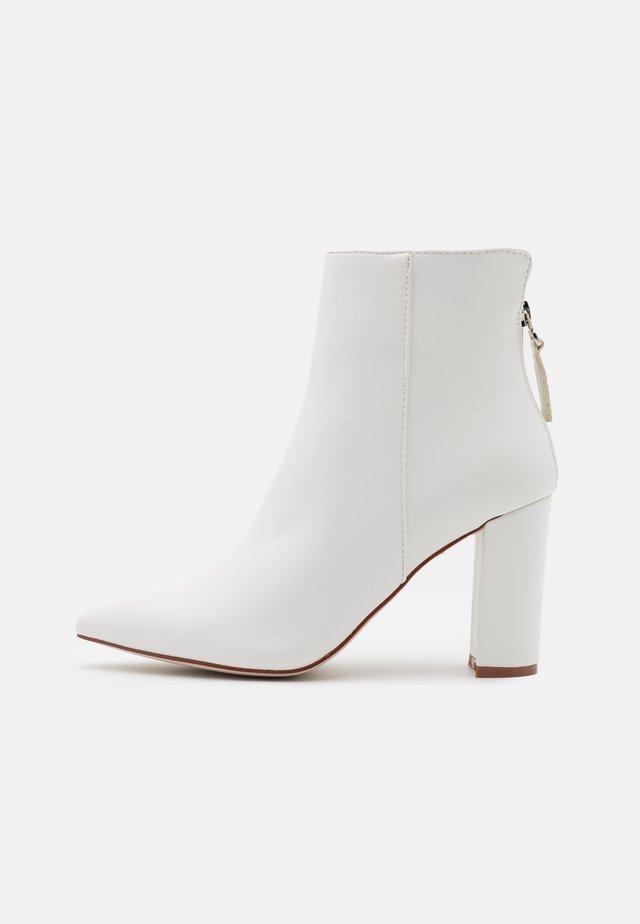 NETHRA - Kotníková obuv na vysokém podpatku - white