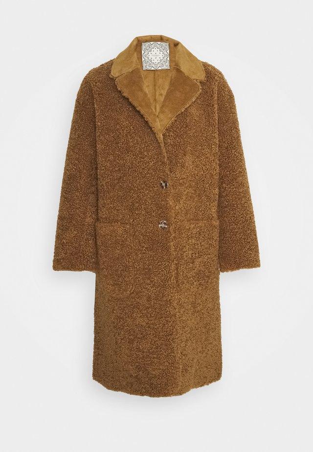 LONG REVERSIBLE JACKET - Płaszcz zimowy - camel