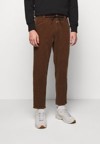 CLOSED - X-LENT TAPERED - Pantalon classique - chocolate brown - 0