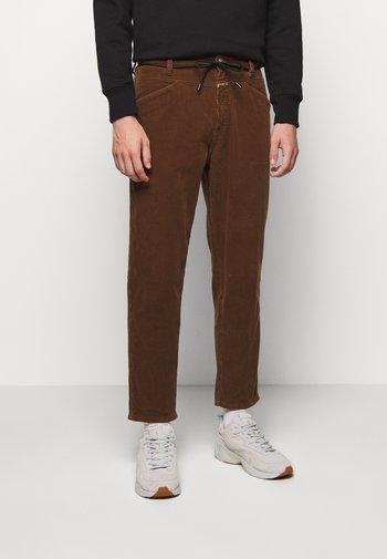 X-LENT TAPERED - Pantalon classique - chocolate brown