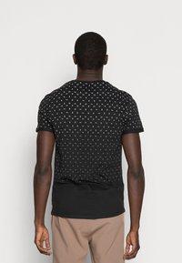 Pier One - T-shirt z nadrukiem - black - 2