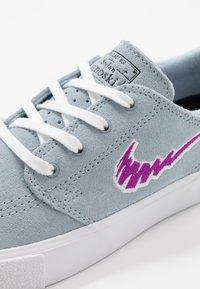 Nike SB - ZOOM JANOSKI - Sneakers laag - light armory blue/vivid purple/white /light brown - 5