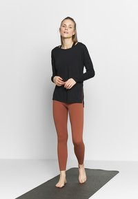 Nike Performance - YOGA LAYER - Camiseta de deporte - black