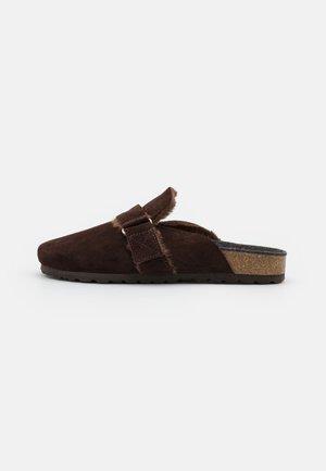 MOMY - Slippers - dark brown