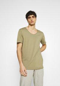 Selected Homme - SLHWYATT O NECK TEE  - T-shirt - bas - aloe - 0