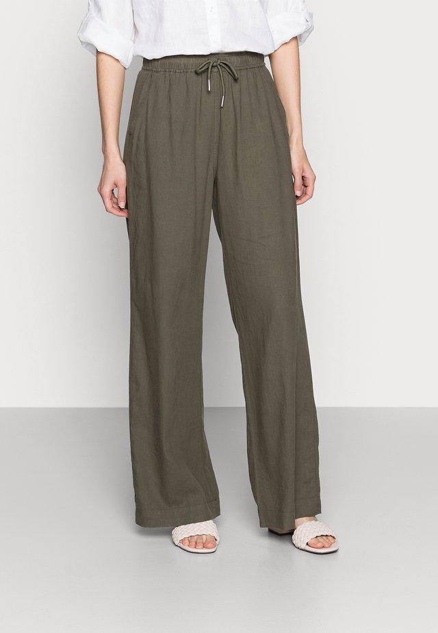 BRIZA PANTS - Pantalones - beetle green