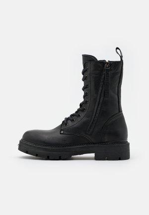 PAMELA STANDING - Platform ankle boots - black