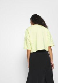 Puma - EVIDE FORM STRIPE CROP TEE - Print T-shirt - sunny lime - 2
