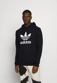 adidas Originals - TREFOIL HOODY ORIGINALS ADICOLOR SWEATSHIRT HOODIE - Luvtröja - black/white - 0