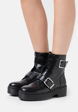 BUCKLE CHUNKY BOOT - Cowboy/biker ankle boot - black lizard