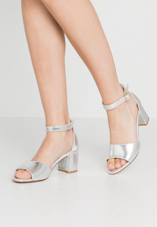 YASMINE  - Sandaalit nilkkaremmillä - silver