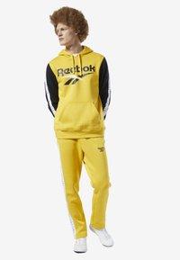 Reebok Classic - CLASSICS VECTOR JOGGER PANTS - Tracksuit bottoms - toxic yellow - 0