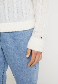 Tommy Hilfiger - ESSENTIAL CABLE - Strickpullover - white - 5