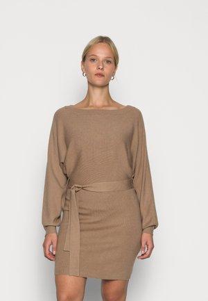 OFF SHOULDER BELTED DRESS - Gebreide jurk - sand