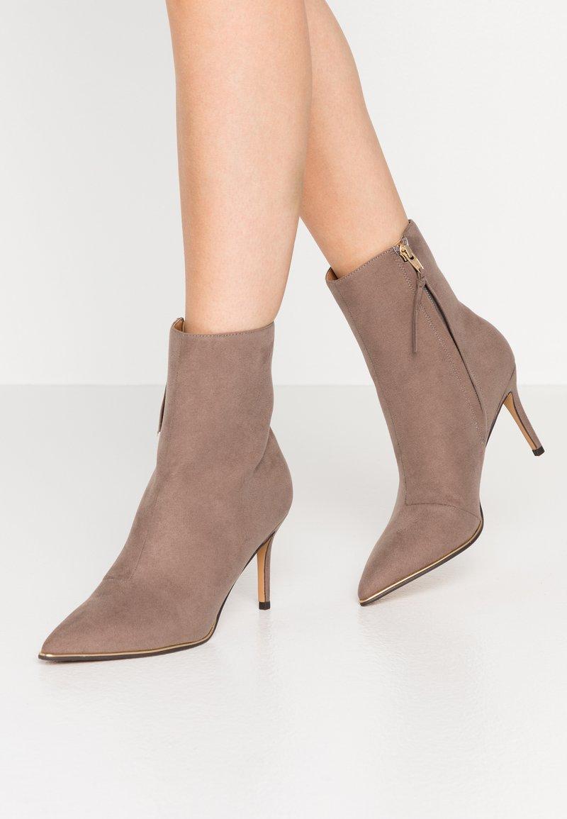 Anna Field - Kotníková obuv na vysokém podpatku - taupe