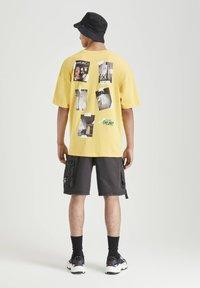 PULL&BEAR - MIT FOTOPRINT - Print T-shirt - yellow - 2