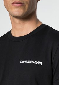 Calvin Klein Jeans - SMALL INSTIT LOGO CHEST TEE - T-shirt - bas - black - 4