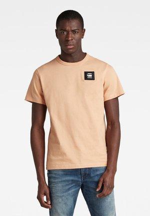 BADGE - Print T-shirt - warm liquid pink