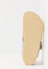 Birkenstock - GIZEH - Sandály s odděleným palcem - electric metallic copper - 5