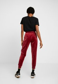 Nike Sportswear - PANT PLUSH - Träningsbyxor - team red/university blue - 2