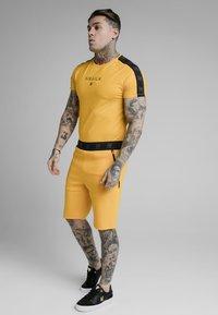 SIKSILK - RAGLAN EXHIBIT GYM TEE - Camiseta estampada - yellow - 0