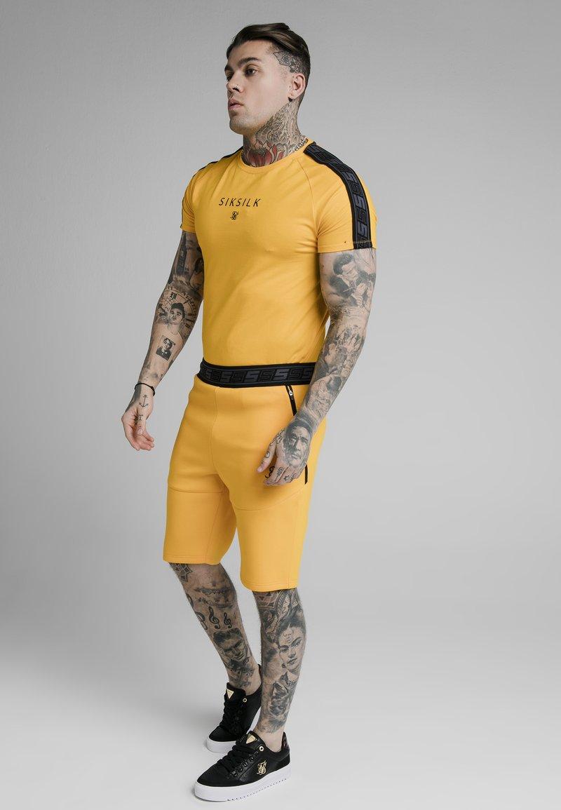 SIKSILK - RAGLAN EXHIBIT GYM TEE - Camiseta estampada - yellow