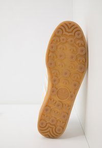 adidas Originals - GAZELLE INDOOR - Sneakersy niskie - core brown/footwear white - 4